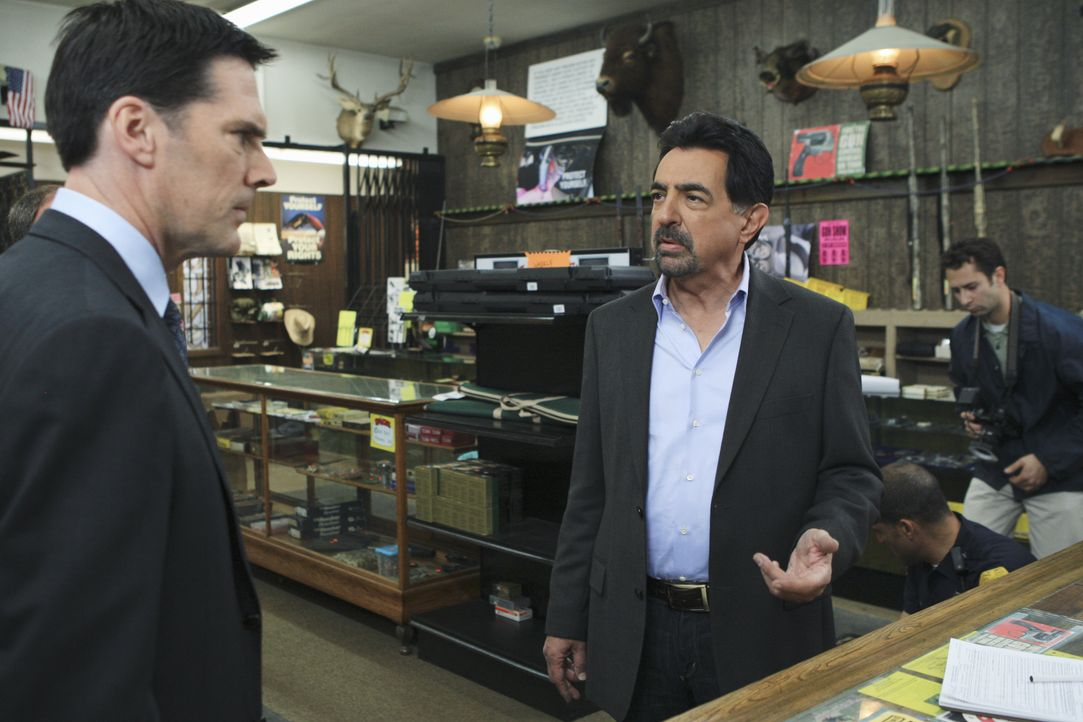 Ein neuer Fall beschäftigt Hotch (Thomas Gibson, l.) und Rossi (Joe Mantegna, 2.v.l.) ... - Bildquelle: Matt Kennedy 2011 American Broadcasting Companies, Inc. All rights reserved. / Matt Kennedy