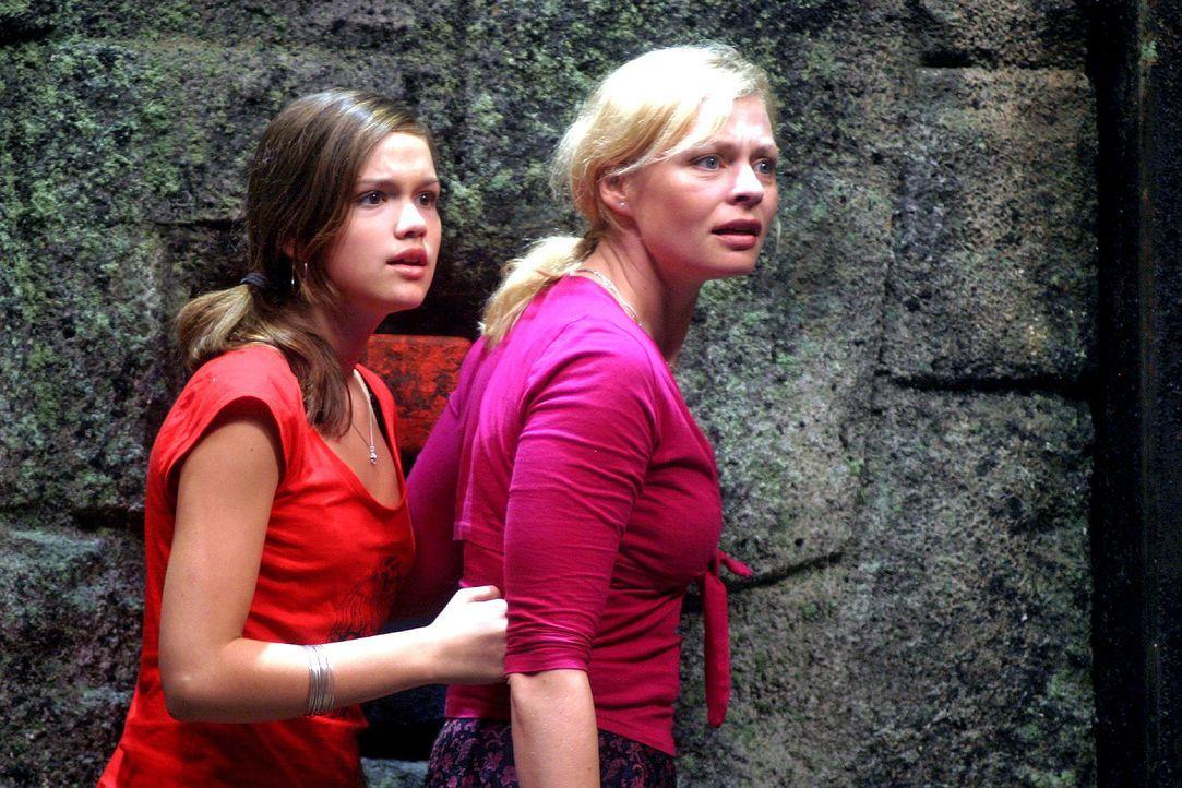 """Die erste """"Manatu""""-Strafrunde findet in einem Felstrichter im Dschungel statt. Nikki (Emilia Schüle, l.) und Laura (Susanna Simon, r.) wissen nicht,... - Bildquelle: Oktavian Cocolos Sat.1"""