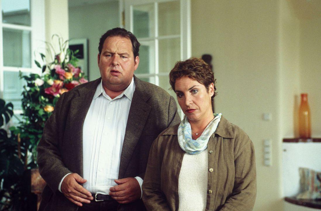 Frau von Gluck fordert Sabrina (Katerina Jacob, r.) und Benno (Ottfried Fischer, l.) auf, ihr Haus zu verlassen. - Bildquelle: Magdalena Mate Sat.1