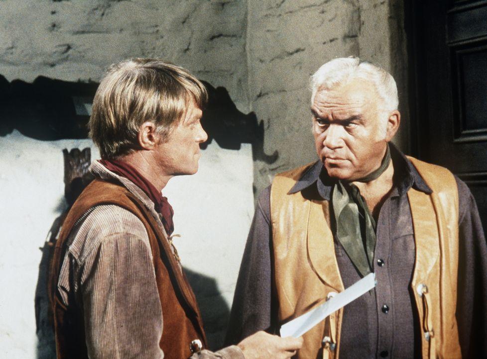 Jeremy Roman (Jeremy Slate, l.) eröffnet Ben Cartwright (Lorne Greene, r.), dass er seinen Vater entmündigt hat. - Bildquelle: Paramount Pictures