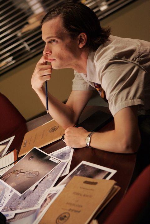 Dr. Spencer Reid (Matthew Gray Gubler) versucht einen Bombenattentäter dingfest zu machen ... - Bildquelle: Justin Lubin 2005 CBS BROADCASTING INC. All Rights Reserved.