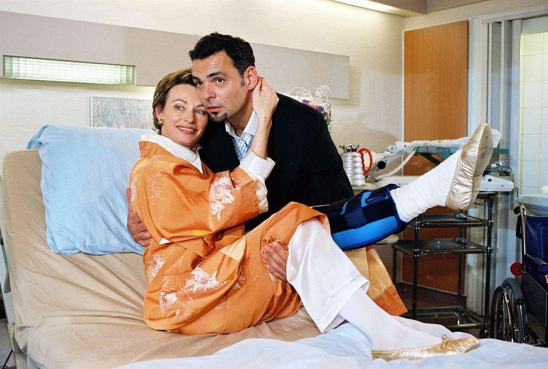 Alma van Osten (Ilona Grübel, l.) genießt ihren Klinikaufenthalt immer mehr, da sie von dem äußerst charmanten Adrian (Giovanni Arvaneh, r.) umsorgt... - Bildquelle: Noreen Flynn Sat.1