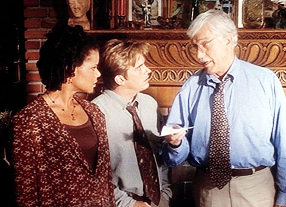 Amanda (Victoria Rowell, l.), Jesse (Charlie Schlatter, M.) und Mark (Dick Van Dyke, r.) haben einen Hinweis, der zum Mörder von Troy Sommers führen... - Bildquelle: Viacom