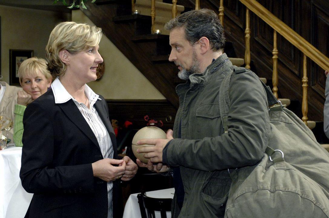 Ulrich (Wolfgang Wagner, r.) verabschiedet sich von Susanne (Heike Jonca, l.). - Bildquelle: Oliver Ziebe Sat.1