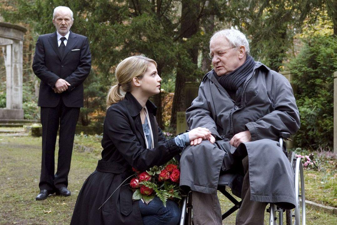 Marie (Rike Schmid, M.) ist berührt, als sie Erich (Jürgen Hentsch, r.) vor dem Grab Herberts (Michael Gwisdek, l.) antrifft ... - Bildquelle: Stephan Rabold Sat.1