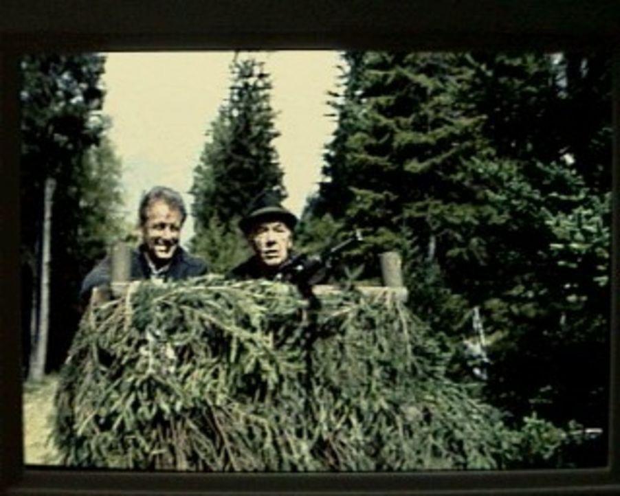 Bürgermeister Angerer (Gerhard Riedmann, r.) ist mit dem Bergdoktor (Gerhart Lippert, l.) auf der Jagd nach einem prächtigen Hirschen. Nicht als ein... - Bildquelle: SAT.1