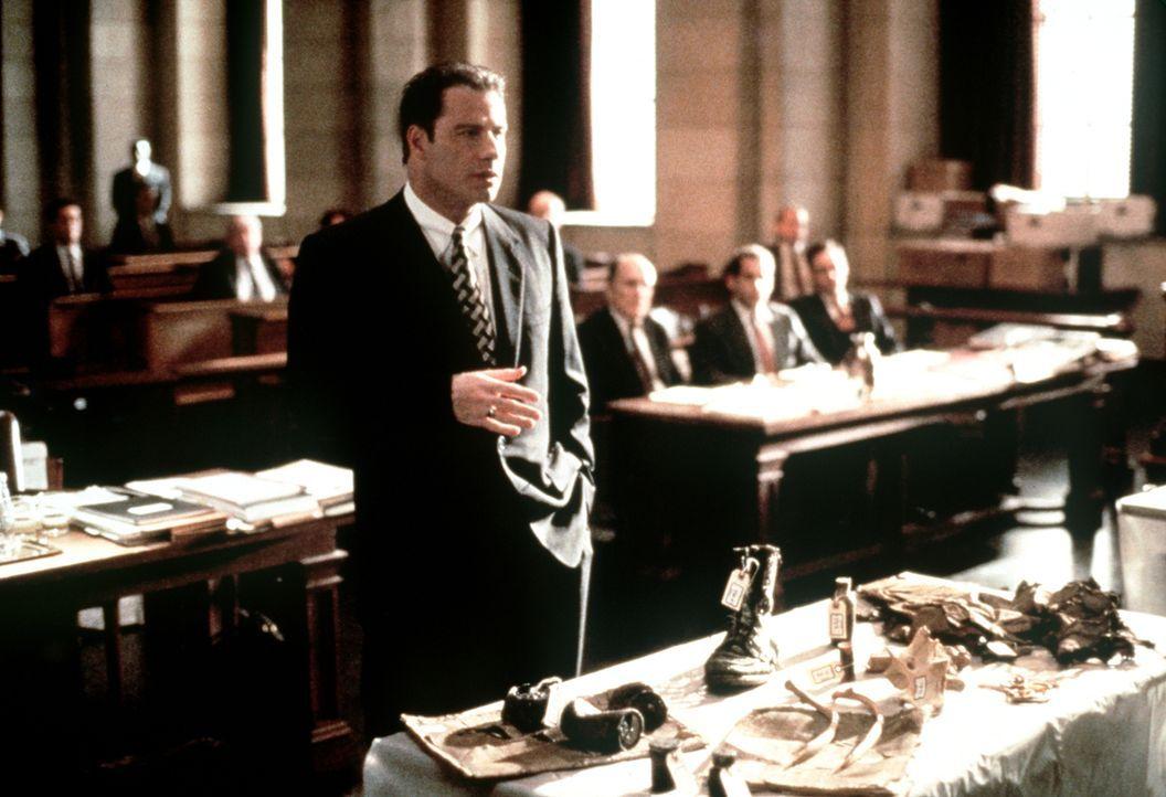 Um den exzellenten Gegenanwalt aus der Reserve zu locken, muss Jan Schlichtmann (John Travolta) immer neue Beweise präsentieren. Der Sieg rückt in g... - Bildquelle: Paramount Pictures
