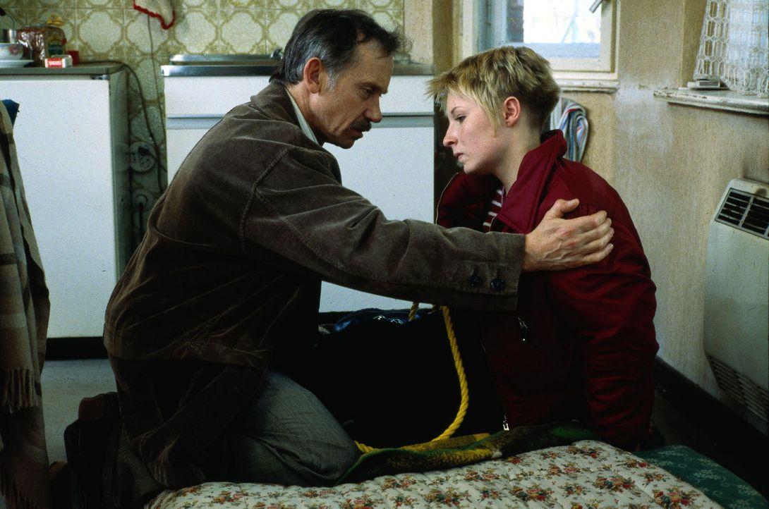 Der wegen Raubmordes verurteilte Brubeck (Tilo Prückner, l.) bricht aus der Haft aus und nimmt Verena (Nadine Seiffert, r.), die Tochter von Kommis... - Bildquelle: Alfred Raschke Sat.1