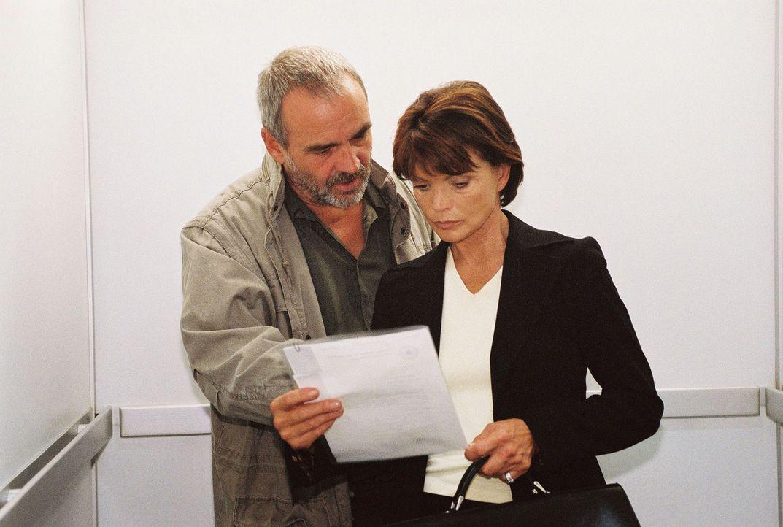 Susanne (Uschi Glas, r.) zieht Kommissar Blacher (Walter Kreye, l.) ins Vertrauen. - Bildquelle: Oliver Pflug Sat.1