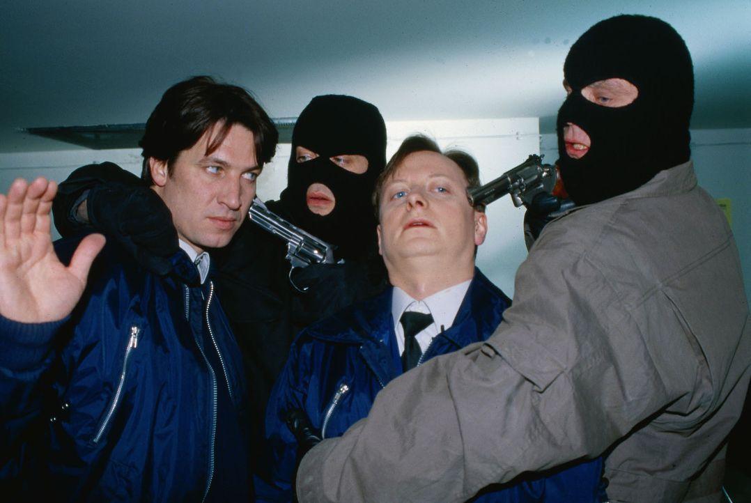 Kommissar Moser (Tobias Moretti, l.) und Christian Böck (Heinz Weixelbraun, 2.v.r.) ermitteln undercover im Berufsumfeld des Verdächtigen Josef Nowa... - Bildquelle: Ali Schafler Sat.1