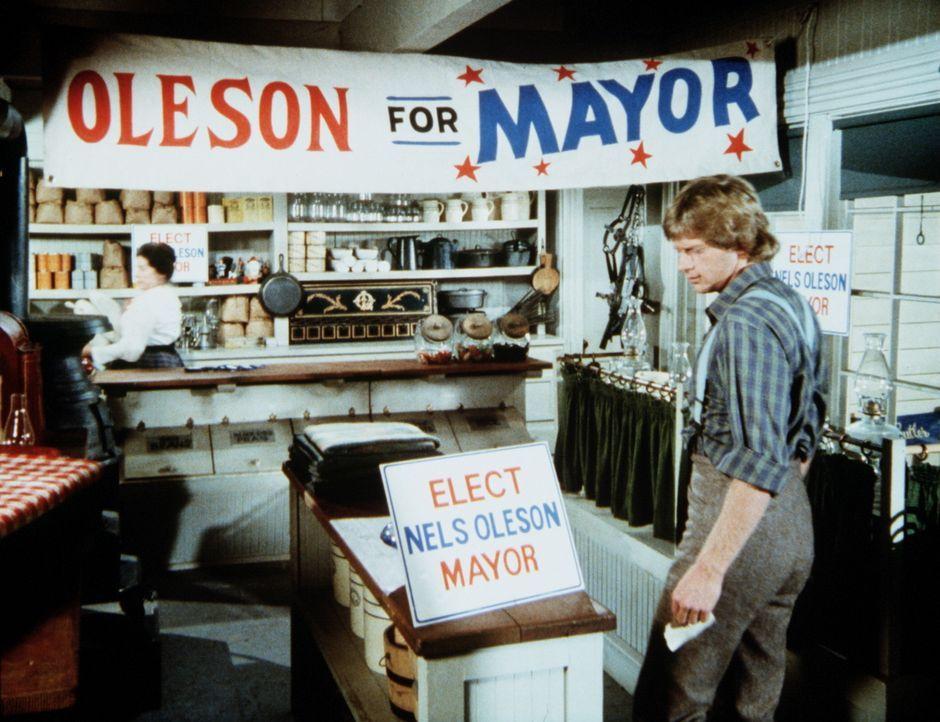 Almanzo (Dean Butler, r.) kommt zu Mrs. Oleson (Katherine MacGregor, l.) in den Laden und erfährt, dass er ebenfalls für das Bürgermeisteramt kandid... - Bildquelle: Worldvision