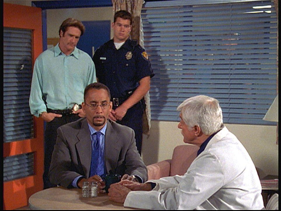 Dr. Sloan (Dick Van Dyke, r.) und sein Sohn Steve (Barry Van Dyke, l.) beschuldigen Rogan (Richard Biggs, 2.v.l.), todkranke Patienten als Mörder ge... - Bildquelle: Viacom