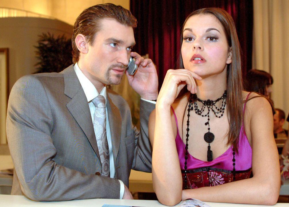 Geschickt versucht Richard (Karim Köster, l.) Magdalena (Susan Hoecke, r.) auf Davids Unzuverlässigkeit aufmerksam zu machen. Vielleicht sollte sie... - Bildquelle: Monika Schürle Sat.1