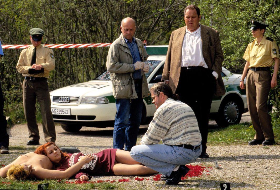 An einem kleinen Badeteich inmitten eines Wäldchens wird ein junges Liebespaar ermordet. Spurensicherung (Florian Münzer, 2.v.l.) und Amtsarzt (Nino... - Bildquelle: Magdalena Mate Sat.1