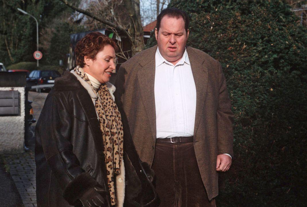 Sabrina (Katerina Jacob, l.) und Benno (Ottfried Fischer, r.) machen sich auf den Weg zum Schwiegervater des toten Weihnachtsmannes. - Bildquelle: Magdalena Mate Sat.1