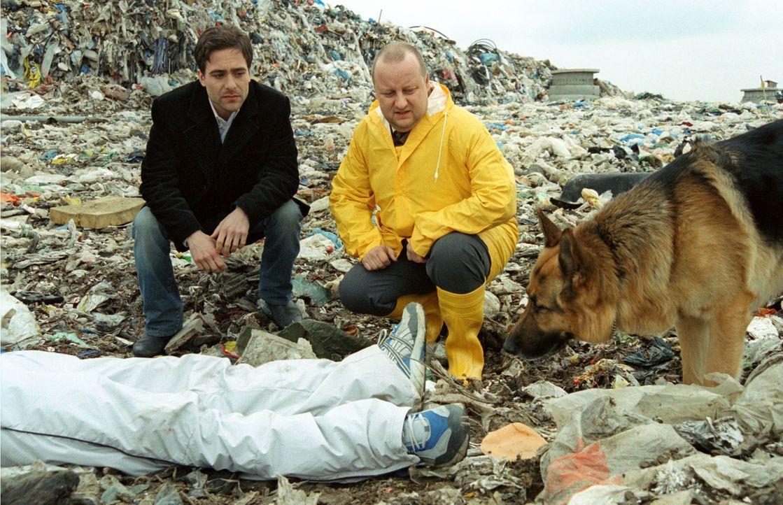 Kommissar Hoffmann (Alexander Pschill, l.) und Kollege Kunz (Martin Weinek, r.) begutachten eine Leiche auf einer Mülldeponie. - Bildquelle: Ali Schafler Sat.1