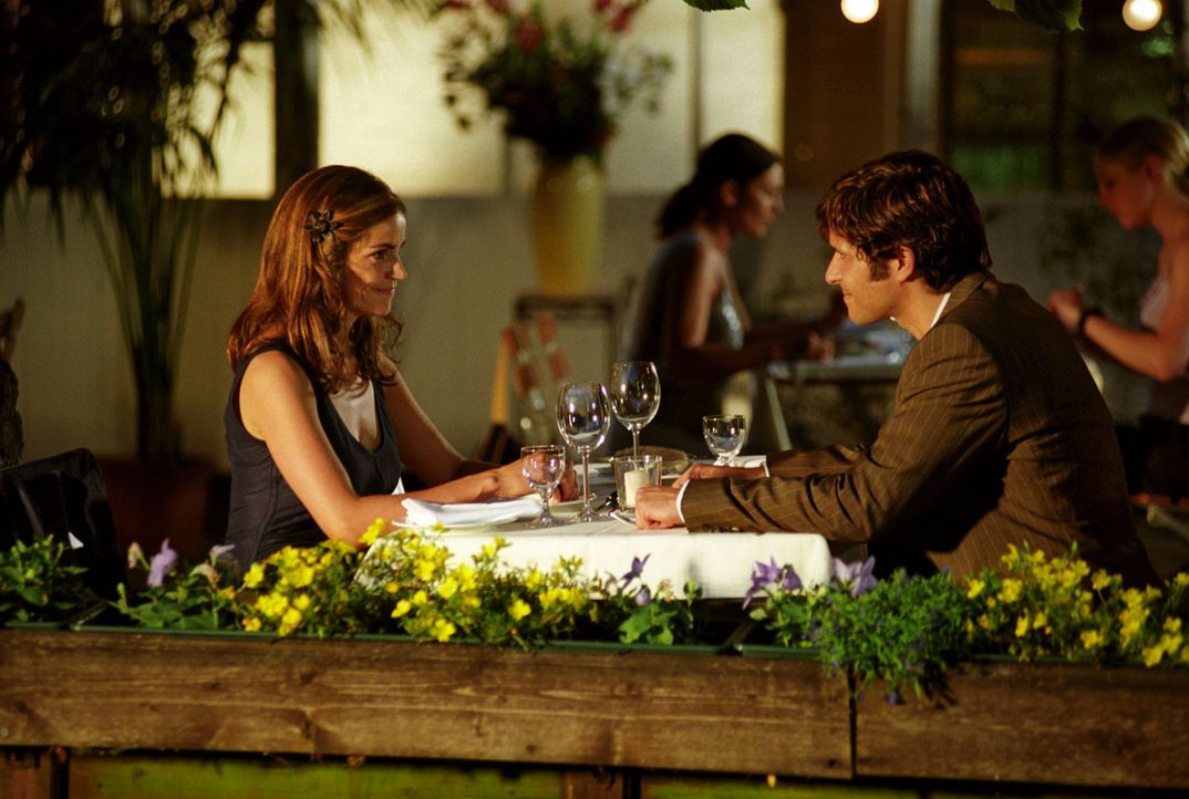 Robert (Pasquale Aleardi, r.) lädt Sandra (Rebecca Immanuel, l.) zum romantischen Abendessen ein. Noch ahnt Sandra nicht, dass dieser gerade ausgere... - Bildquelle: Hardy Spitz Sat.1