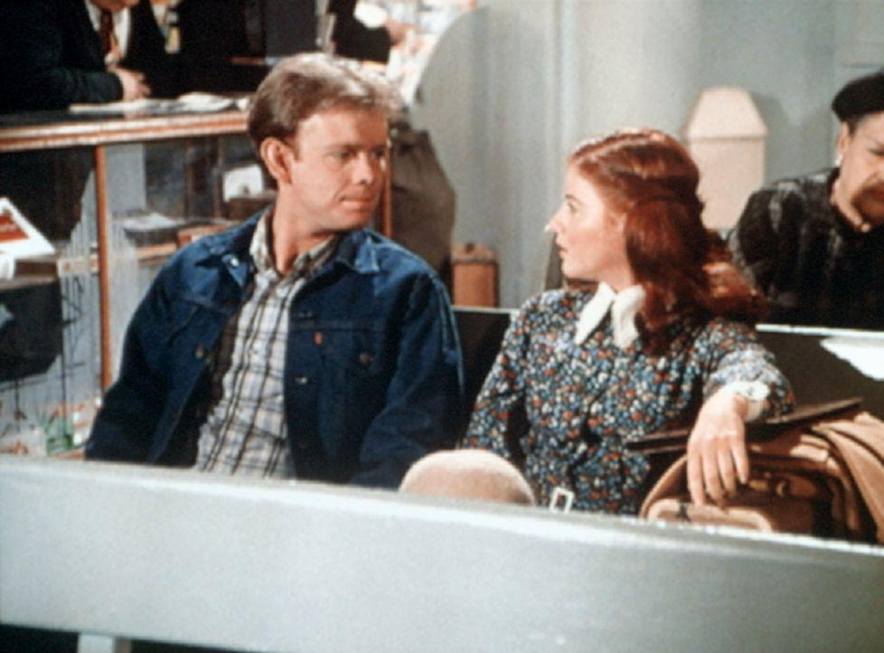 Jason (Jon Walmsley, l.) findet am Busbahnhof endlich die vermisste Elizabeth (Kami Cotler, r.). - Bildquelle: WARNER BROS. INTERNATIONAL TELEVISION