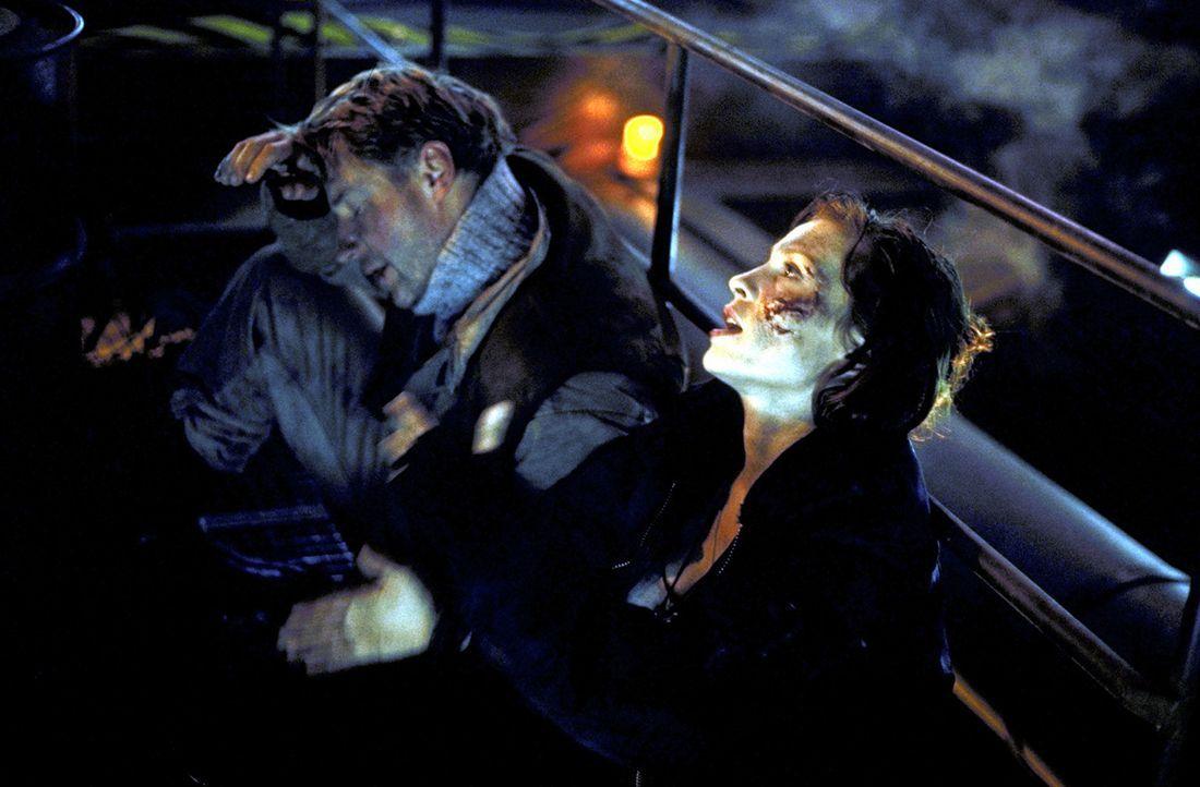 Lucky (Stephanie Philipp, r.) will mit Hilfe von Jan (Jörg Schüttauf, l.) versuchen, die beiden Höllenmaschinen auf der Plattform zu entschärfen. Do... - Bildquelle: Jiri Hanzl