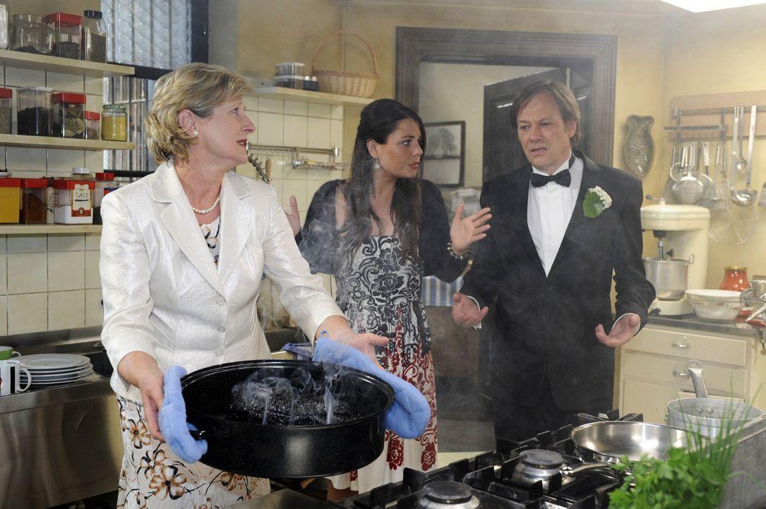 Kurz vor der Hochzeit herrscht auch in der Küche hektische Betriebsamkeit. v.l.n.r.: Susanne (Heike Jonca), Paloma (Maja Maneiro), Armin (Rainer Wil... - Bildquelle: Oliver Ziebe Sat.1