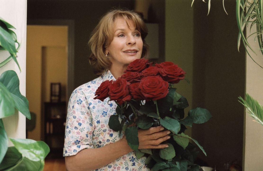 Freudig überrascht nimmt Helga (Senta Berger) zum Geburtstag rote Rosen von Franz entgegen. - Bildquelle: Stefan Erhard Sat.1
