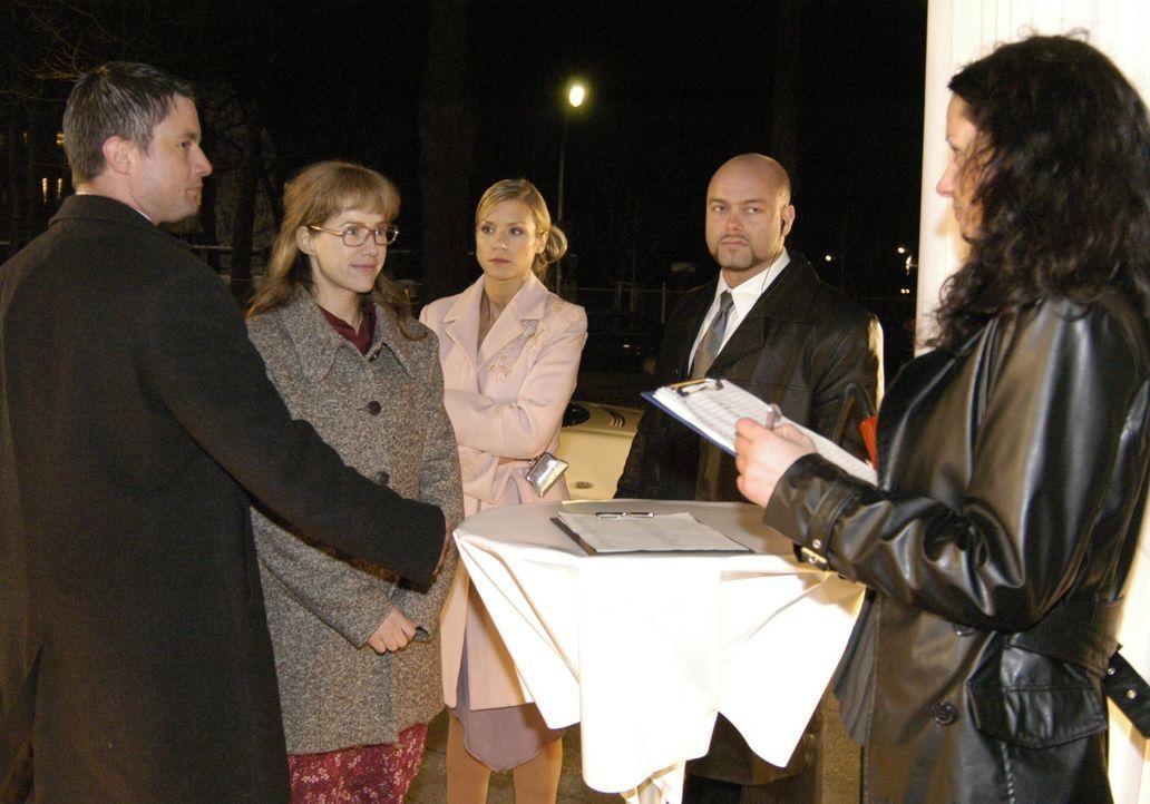 Sabrina (Nina-Friederike Gnädig, M.) ist überrascht, als Lisa (Alexandra Neldel, 2.v.l.) plötzlich auf der Abschiedsparty von Davids Vater Friedrich... - Bildquelle: Noreen Flynn Sat.1