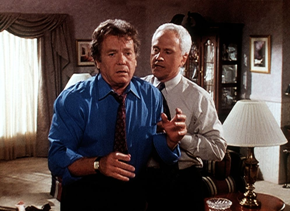 Senator Bell (Michael Cole, l.), der seine Tochter im Affekt geschlagen hat, wird von seinem Berater Peter Trent (John Rubinstein, r.) beruhigt. - Bildquelle: Viacom