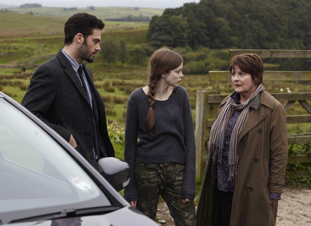 (v.l.n.r.) Joe Ashworth (David Leon); Saskia Barnes (Charlotte Hope); Vera Stanhope (Brenda Blethyn) - Bildquelle: Helen Turton ITV Studios / Helen Turton