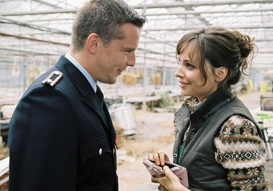 In ihrer Verliebtheit merkt Lilly (Mina Tander, r.) nicht, dass Rico (Florian Panzner, l.) sie nur ausnutzt. - Bildquelle: Stephan Rabold Sat.1