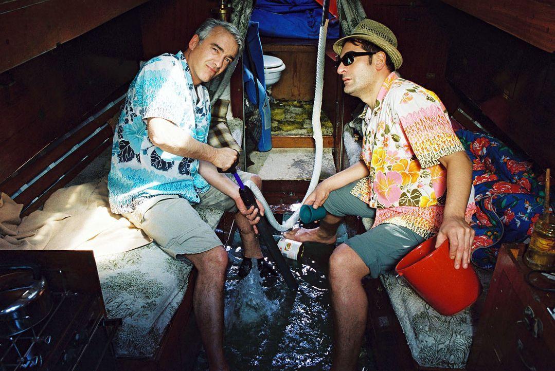 Wassereinbruch: Felix (Christoph M. Ohrt, l.) und Otto (Hasan Ali Mete, r.) versuchen zu verhindern, dass das Boot kentert ... - Bildquelle: Hardy Spitz Sat.1