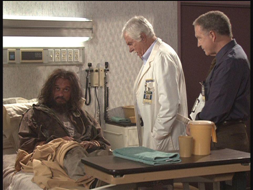 Landstreicher George (l.), der in einer unverständlichen Sprache spricht, weiß vielleicht etwas über den Mord. Mark (Dick Van Dyke, M.) und Dr. Maso... - Bildquelle: Viacom