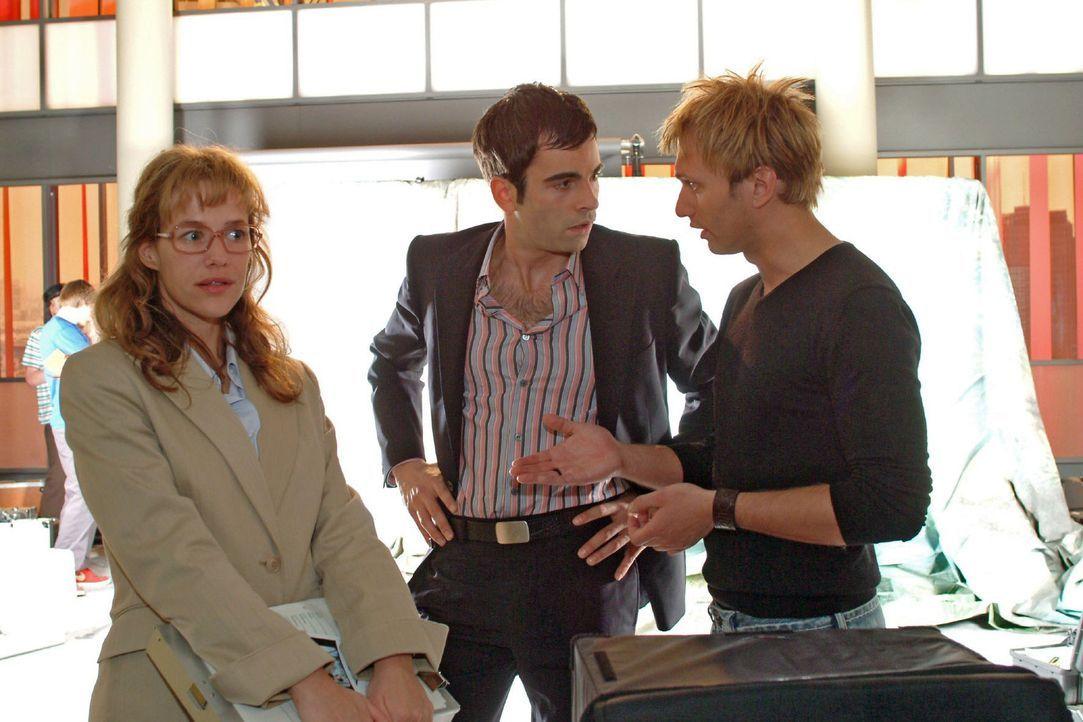 Lisa (Alexandra Neldel, l.) hat alle Mühe, David (Mathis Künzler, M.) davon abzuhalten, dass er sich mit dem Model Verena ungestört zurückzieht. Sie... - Bildquelle: Monika Schürle Sat.1