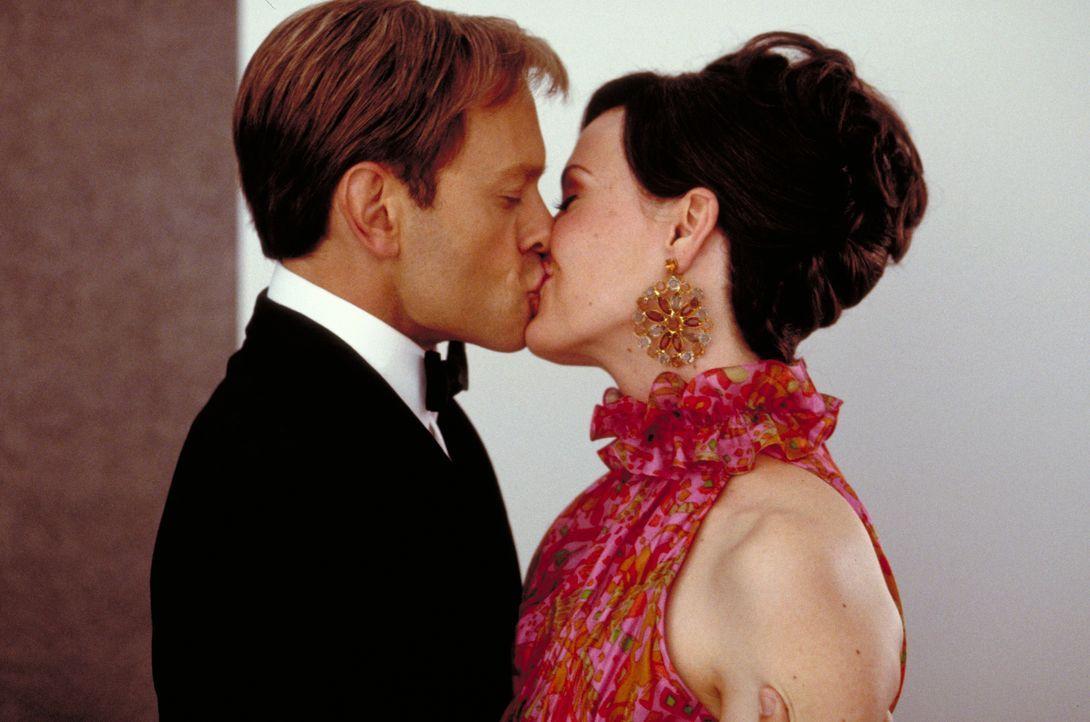 Fühlen sich zueinander hingezogen: Vikki Hiller (Sarah Paulson, r.) und Peter McMannus (David Hyde Pierce, l.) ... - Bildquelle: Epsilon Motion Pictures