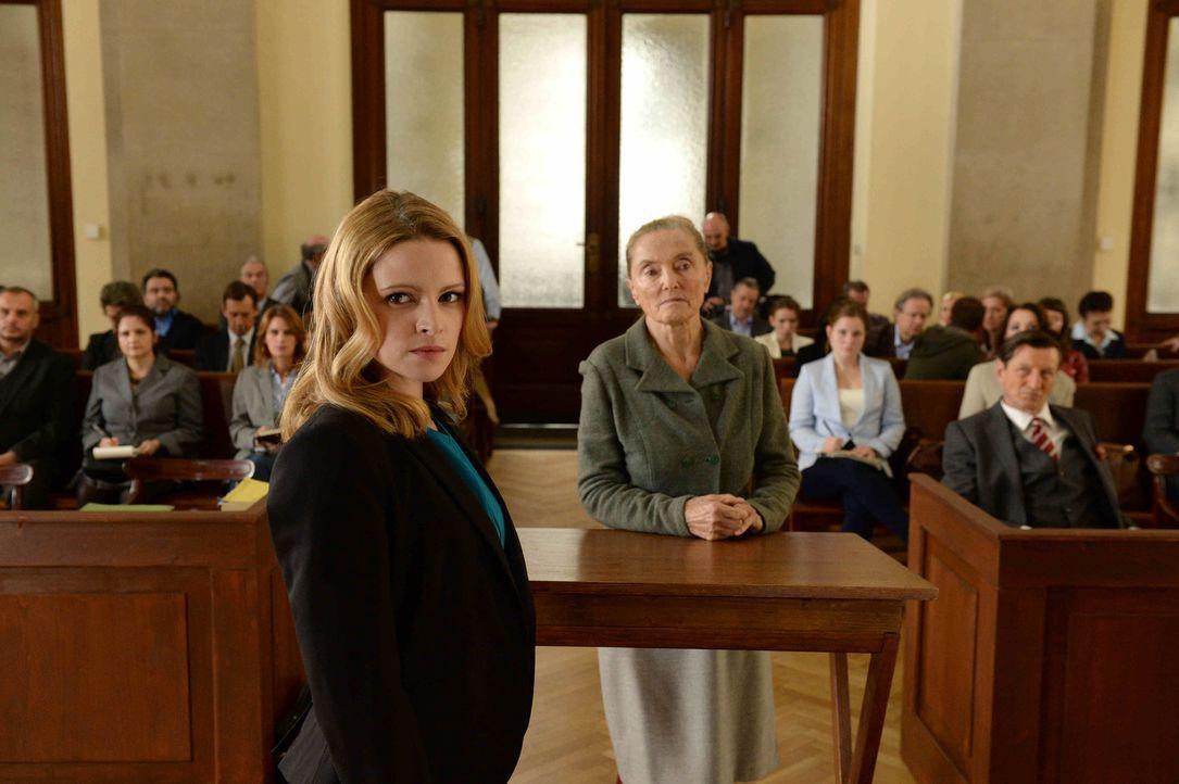 Sorgt für eine riesige Überraschung in ihrem ersten Prozess: Amelie Klein (Jennifer Ulrich, vorne) ... - Bildquelle: Oliver Roth SAT.1