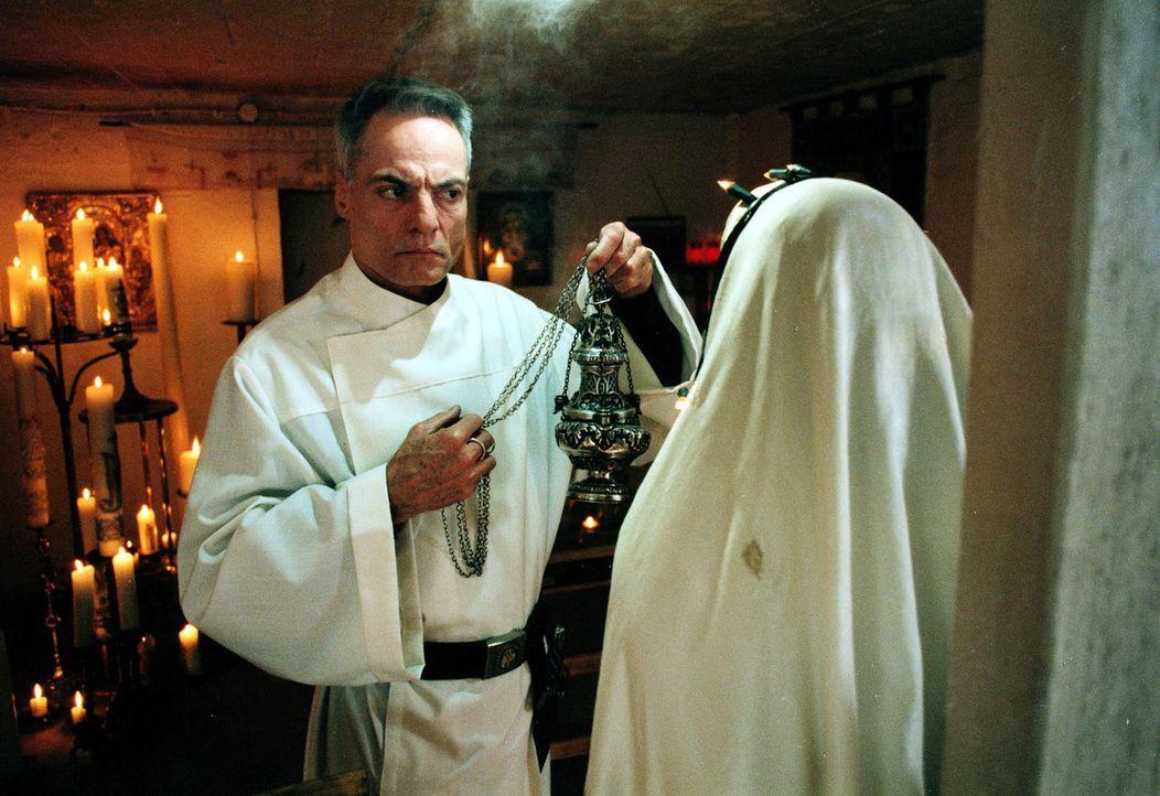 """Der """"Priester"""" vollzieht sein mörderisches Ritual zum letzten Mal ... - Bildquelle: Diane Krüger Sat.1"""