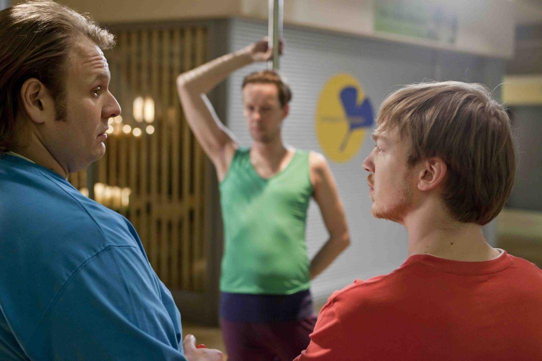 Nils (Oliver Fleischer, l.) und Hannes (Tino Mewes, r.) wollen bei beeindrucken und nehmen deshalb bei Karsten (Marcus Kiepe, M.) Unterricht in Pole... - Bildquelle: Frank Dicks SAT.1