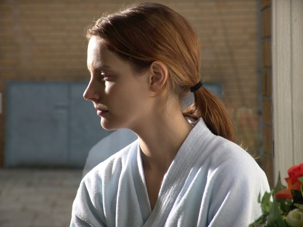 Andrea (Marie Zielcke) wartet in der Klinik auf die Ergebnisse der Mammografie. - Bildquelle: Volker Roloff Sat.1