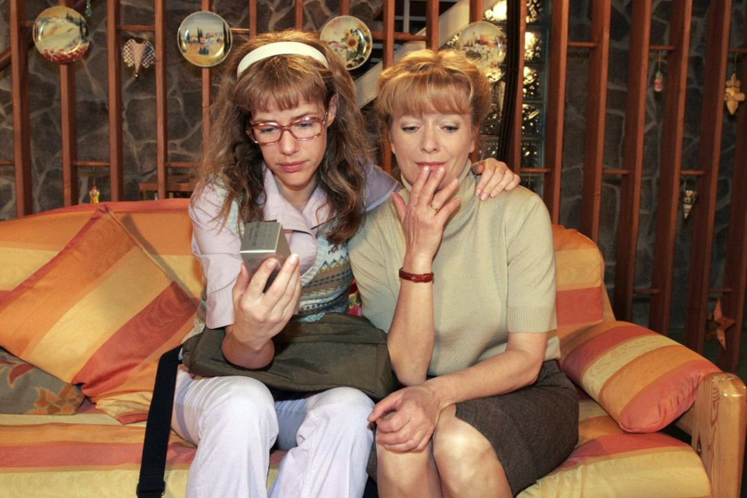 Die arme Helga (Ulrike Mai, r.) weiß nicht, was sie nun mit den vielen allergenen Aloe Vera-Produkten machen soll und wird von Lisa (Alexandra Nelde... - Bildquelle: Noreen Flynn Sat.1