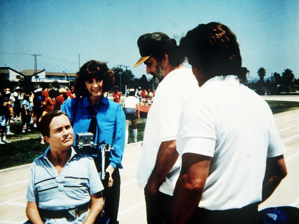 Engel Jonathan (Michael Landon, r.) und Mark (Victor French, 2.v.r.) besuchen Scottie (James Troesh, l.) und Diane (Margie Impert, 2.v.l.). Scottie... - Bildquelle: Worldvision Enterprises, Inc.