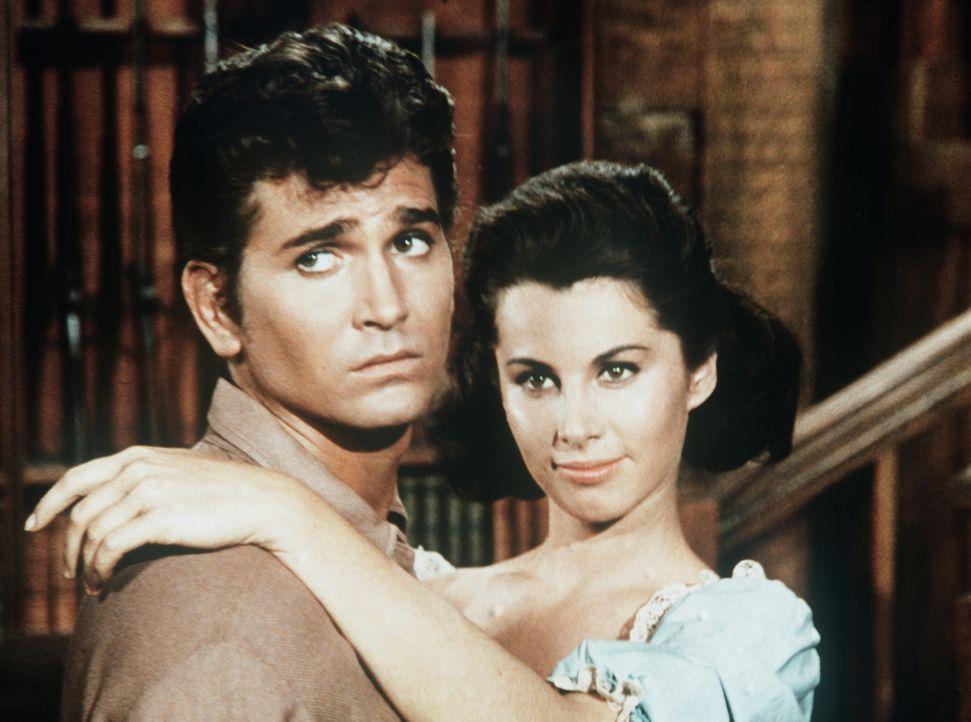 Die junge Cal (Stefanie Powers, r.) hat sich in Little Joe (Michael Landon, l.) rettungslos verliebt. Sie bringt den Männerhaushalt der Cartwrights... - Bildquelle: Paramount Pictures