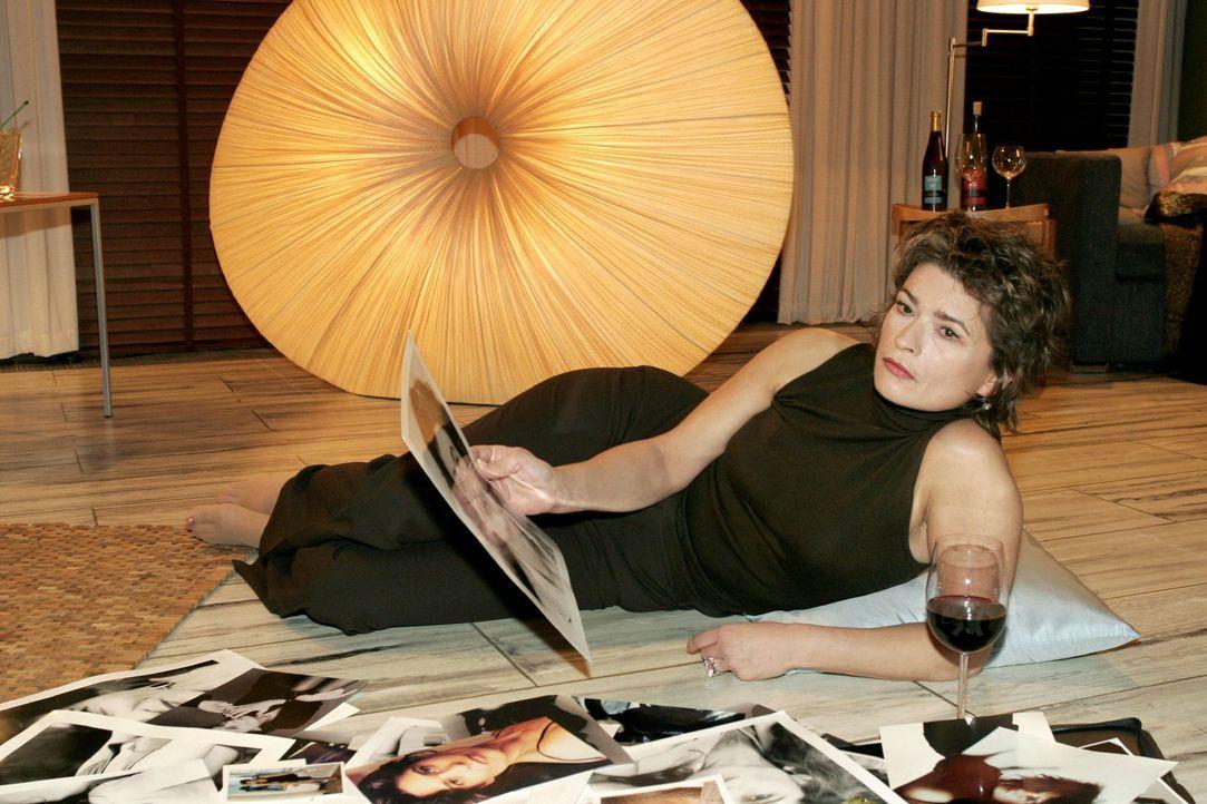 Sophie (Gabrielle Scharnitzky) schwelgt in Fotos aus vergangenen Zeiten ihrer Modelkarriere. - Bildquelle: Monika Schürle Sat.1