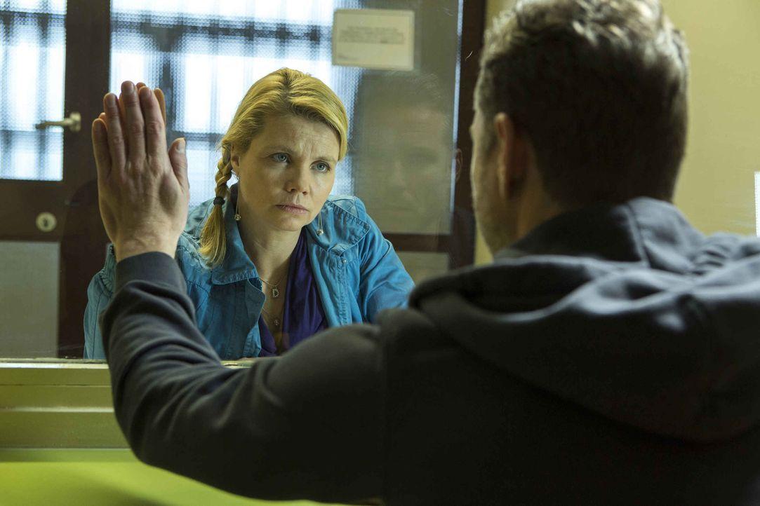 Danni (Annette Frier, l.) steht vor der Verteidigung ihres ersten Mordfalls: Ihr Mandant ist Pit (Dirk Borchardt, r.), der im Gefängnis sitzt und we... - Bildquelle: Frank Dicks SAT.1