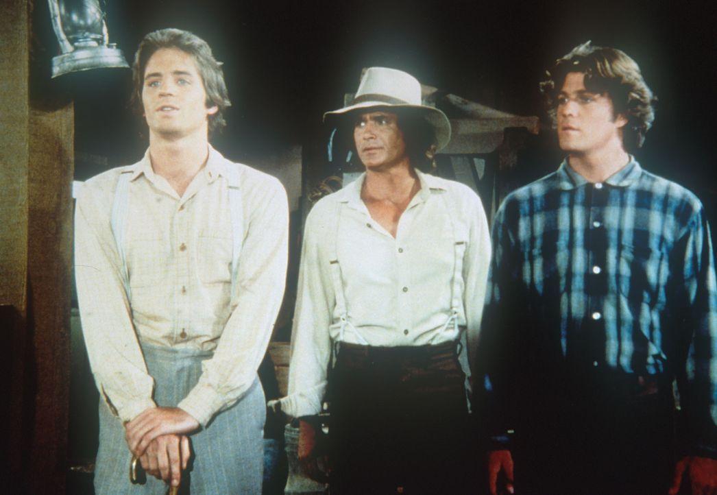 Adam (Linwood Boomer, l.), Charles (Michael Landon, M.) und Tom (Brad Wilkin, r.) stellen einen neuen Spieler für die Football-Mannschaft vor. - Bildquelle: Worldvision