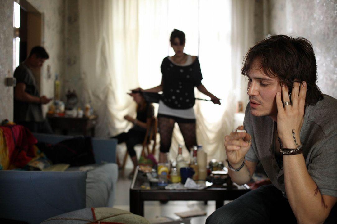 Junkie Robi (Christoph Schärf) will nur eines: Er will mit Nadja zusammen sein, auch wenn er damit das Mädchen in die Drogenszene zieht. Da macht ih... - Bildquelle: Petro Dominigg SAT.1
