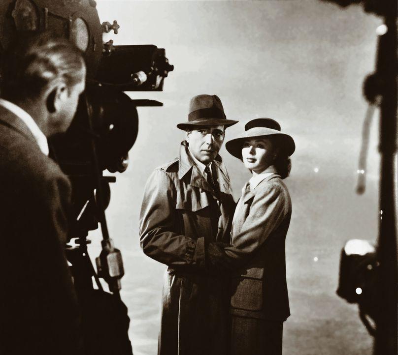 Während der Dreharbeiten - Ingrid Bergman, r. und Humphrey Bogart, l. - Bildquelle: Warner Bros. Television
