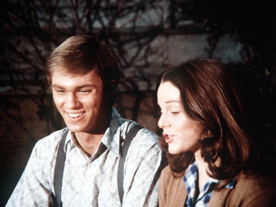Marcia Wollery (Tammi Bula, r.) ist nach Waltons Mountain zurückgekommen und berichtet John-Boy (Richard Thomas, l.), dass sie sich inzwischen verlo... - Bildquelle: WARNER BROS. INTERNATIONAL TELEVISION