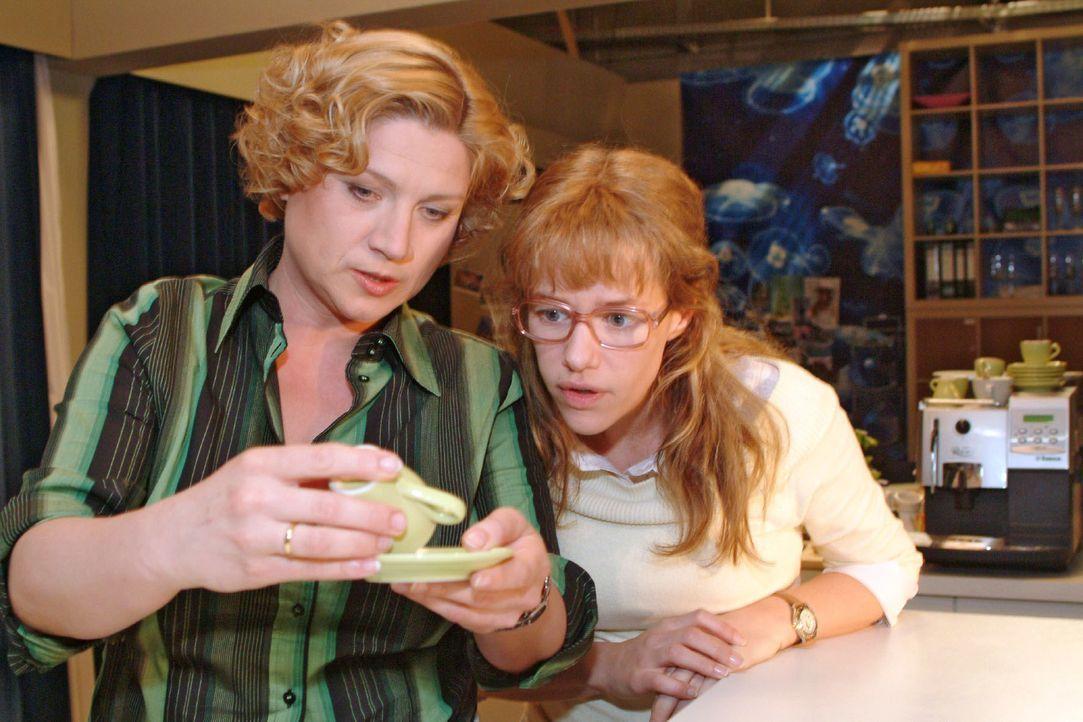 Agnes (Susanne Szell, l.) liest im Kaffeesatz, dass Lisa (Alexandra Neldel, r.) bald eine Begegnung mit einem jungen Mann haben wird ... (Dieses Fot... - Bildquelle: Monika Schürle Sat.1
