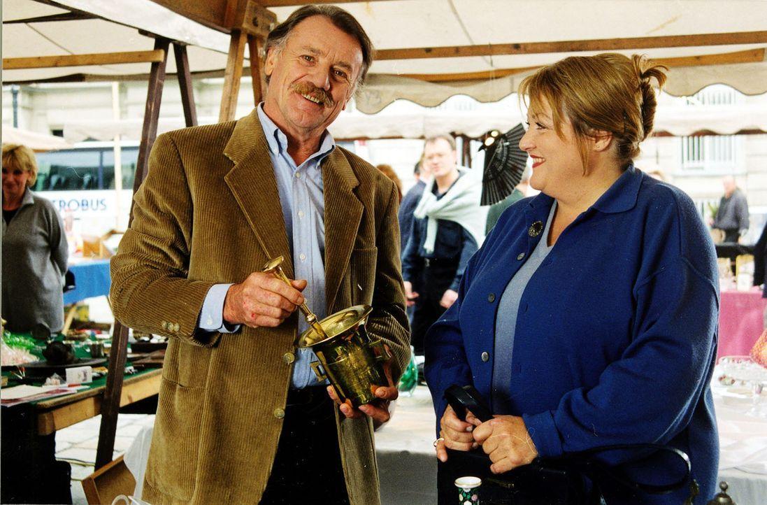 Tanja Kraus (Marianne Sägebrecht, r.) sucht bei dem Antiquitätenhändler Manfred Gruber (Franz Buchrieser, l.) nach dem Bild, das sie von dem verstor... - Bildquelle: Ali Schafler Sat,1