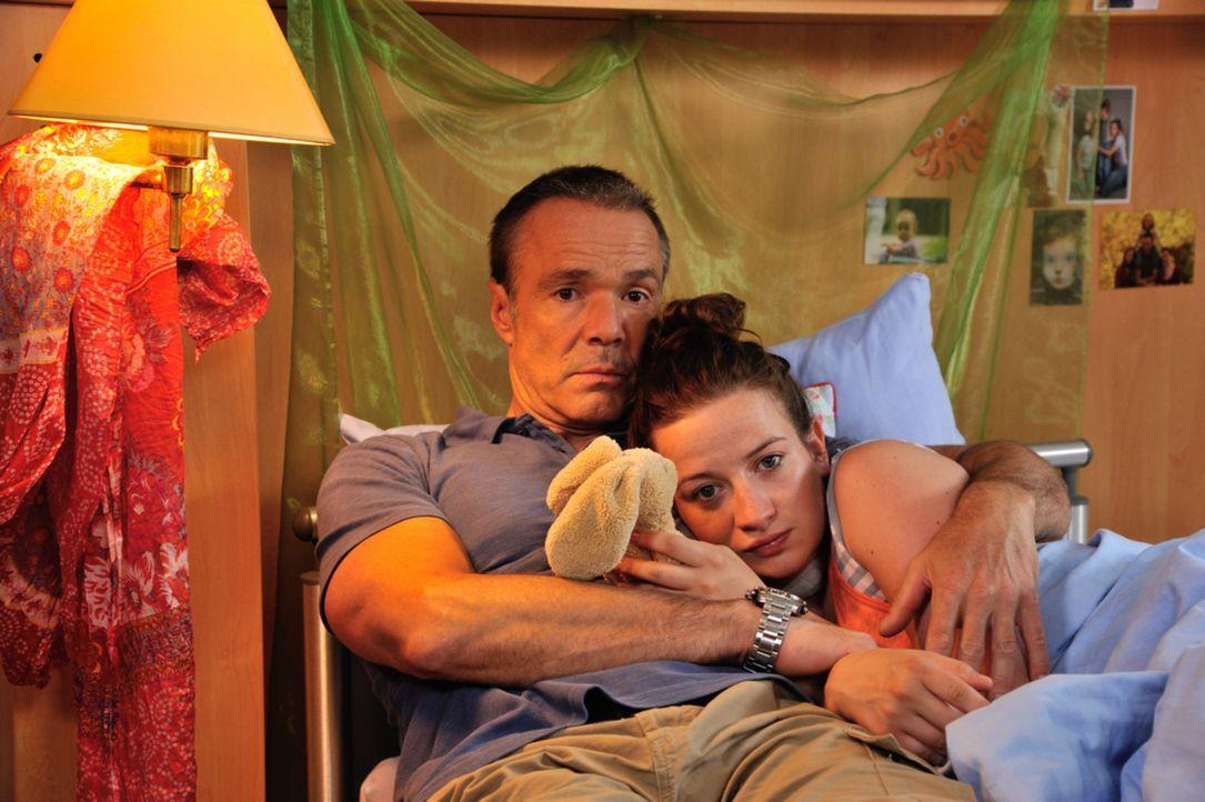 Harald (Hannes Jaenicke, l.) ist fest entschlossen, seine Tochter Marla (Nina Gummich, r.) nicht mit diesen Ärzten im Krankenhaus alleine lassen. Un... - Bildquelle: Hardy Spitz SAT.1