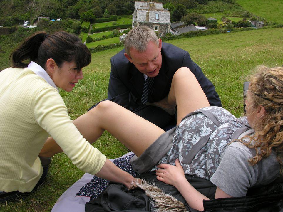 Trotz stressiger Hochzeitsvorbereitungen müssen Doc Martin (Martin Clunes, M.) und Louisa (Caroline Catz, l.) Isobel (Amanda Abbington, r.) bei der... - Bildquelle: BUFFALO PICTURES/ITV